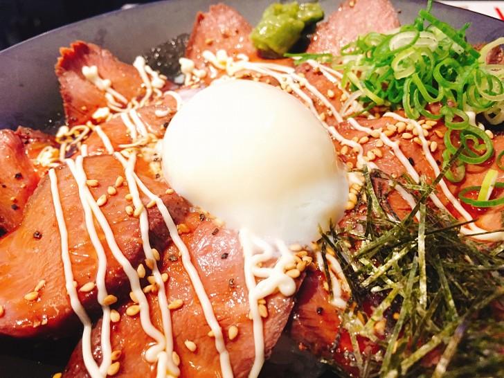 ローストビーフ丼のアップ