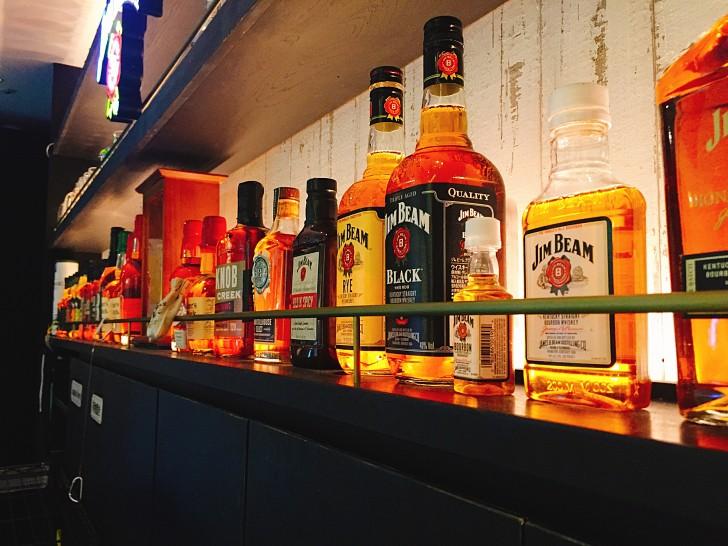 JIM BEAM BAR店内のお酒の陳列