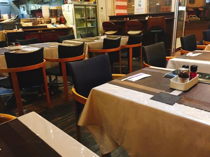 4名掛けのテーブルとカウンター席